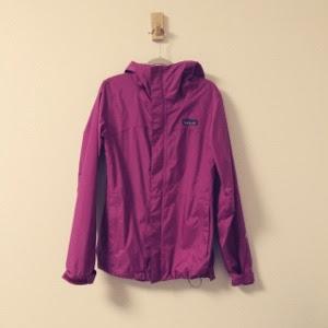 パタゴニアのトレントジャケットをレインコート代わりに使っています。