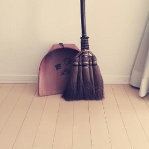 【掃除】内藤商店の棕櫚箒とコンパクトな掃除機。