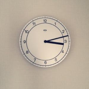 シンプルで機能的なBRAUN(ブラウン)の壁掛け時計。