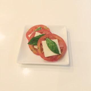 水耕バジルと自家製トマト、スライスチーズでカプレーゼ。