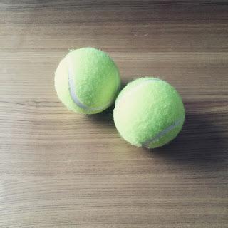 【肩・首のコリ解消に】テニスボールと小豆アイピローで簡単マッサージ。