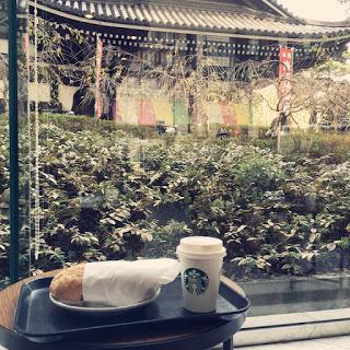 【スタバ京都烏丸六角店】お寺を眺めながらゆっくりできるソファ席が心地いい。