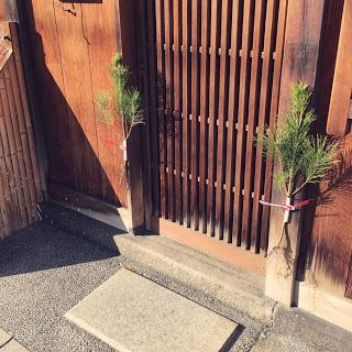 【京都の門松・根引き松】すっきりとした簡素な空間に立ち寄るもの。