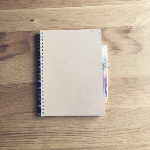 ペンホルダーの仕事術、ノートとペンはいつも一緒に。
